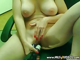 Cleanly shaved MILF with sexy tan lines bottle in the pussy